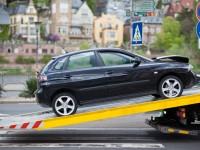 Unfallauto auf Abschleppwagen
