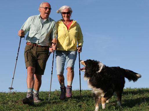 gut abgesicherte Rentner beim Wandern